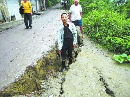 四川资中强降雨后出现500米长地陷裂缝(图)