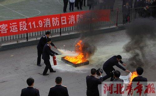 消防日 列车乘务员演练灭火
