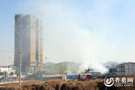 在建楼盘与起火板房区仅一路之隔,距离几百米就能看到浓烟。