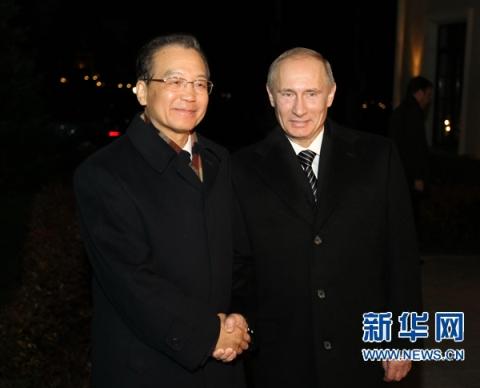 11月22日,国务院总理温家宝在圣彼得堡与俄罗斯总理普京举行小范围会谈并出席普京举行的欢迎宴会。新华社记者鞠鹏摄