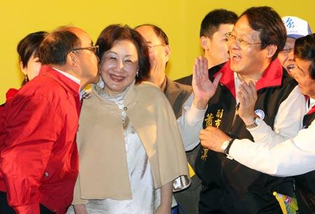 """国民党籍台中市长候选人胡志强(左)27日在台中市竞选总部自行宣布当选台中市长,在群众鼓舞下亲吻、拥抱妻子邵晓铃(左2),感谢她的支持与陪伴。""""中央社""""图"""