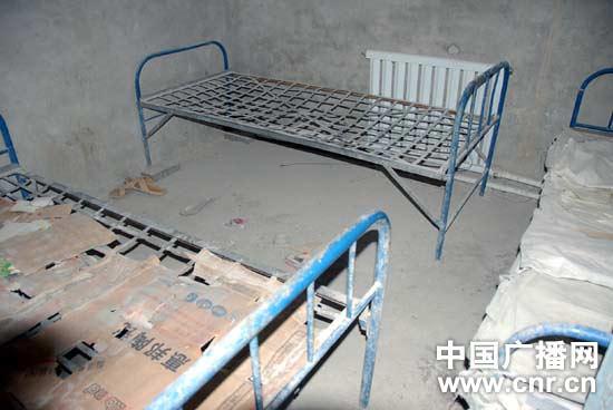 已带着行李铺盖离开工厂的工人宿舍