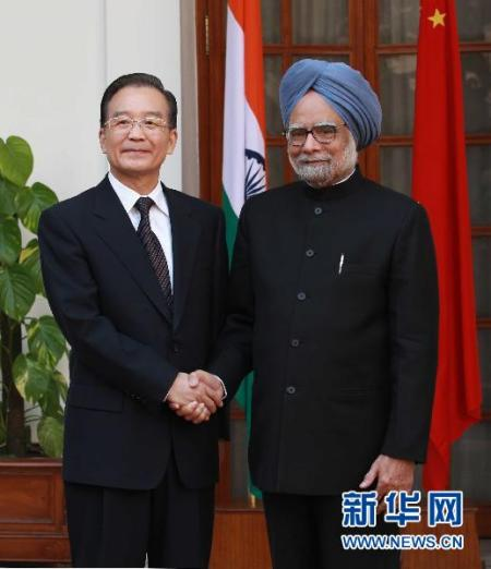 资料图片:12月16日,国务院总理温家宝在新德里海德拉巴宫与印度总理辛格举行会谈。新华社记者刘卫兵摄
