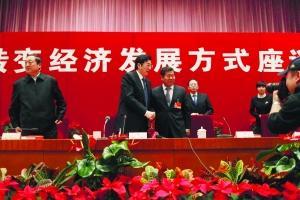 """昨日上午,北京市政协在北京国际会议中心召开""""加快转变经济发展方式""""专题座谈会。会后,市委副书记、市长郭金龙与市政协主席阳安江握手合影。 本报记者 赵亢 摄影"""