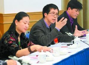 昨天,参加市政协十一届四次会议的委员们分组讨论政府工作报告和十二五规划纲要草案。图为符国群委员围绕报告内容发言。本报记者 饶强摄