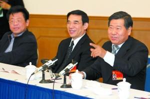 市政协主席阳安江,市委副书记、市政协党组书记王安顺和委员们一起讨论政府工作报告。本报记者 贾同军摄