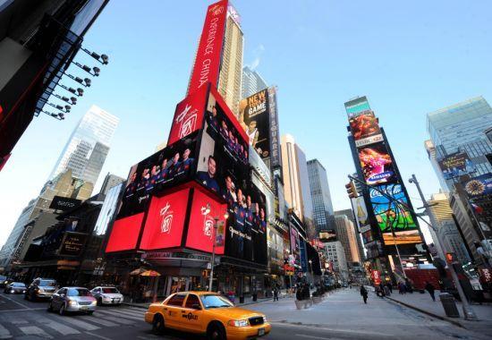 美国纽约时报广场的电子显示屏正在播出《中国国家形象片――人物篇》。 新华社记者申宏摄