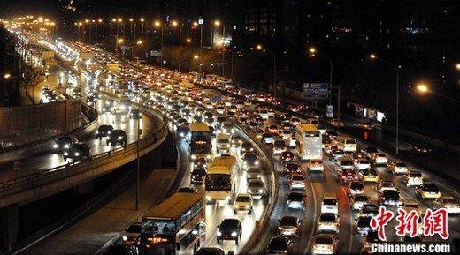 2010年12月14日晚,北京北二环拥堵不堪,车灯形成了一道长虹。12月13日,北京市政府公布了《北京市治理交通拥堵综合措施》。中新社记者 刘震 摄