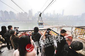市民们用相机和手机拍下最后一天运营的嘉陵江索道留作影像纪念