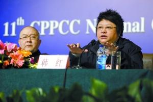 昨日,全国政协委员、空军政治部文工团副团长韩红(右)在答记者提问。本报记者 浦峰 摄