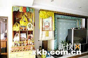 王婉宁家中柜子上摆满了各种佛像。