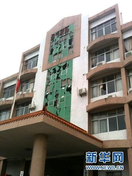4月17日,广东省云浮市都杨镇遭遇冰雹,建筑物玻璃受损。 新华社发(冼超龙 摄)