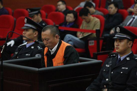 4月19日,李庄在庭审现场。新华社发