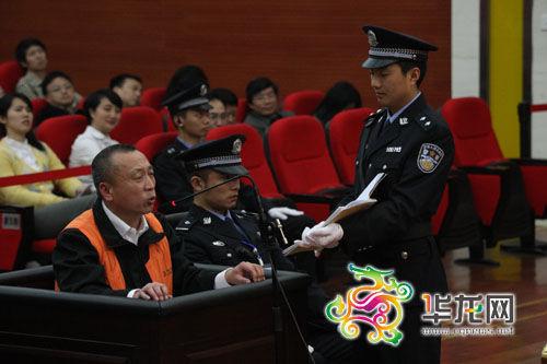 李庄漏罪案在重庆市江北区法院开庭审理。这是李庄在庭审现场 法院供图 华龙网发
