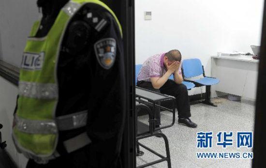 5月1日凌晨,被查获的司机在北京市公安交管局东城交通支队等待问询。当日凌晨,一位内蒙古司机因醉酒驾车,被北京交管部门查获。新华社记者 李文 摄