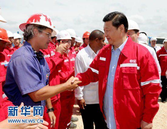 当地时间6月6日,正在古巴访问的国家副主席习近平在古巴领导人陪同下参观考察中石油长城钻探工程公司古巴项目。这是习近平在中石油长城钻探工程公司古巴项目工地与员工亲切握手。新华社记者 马占成