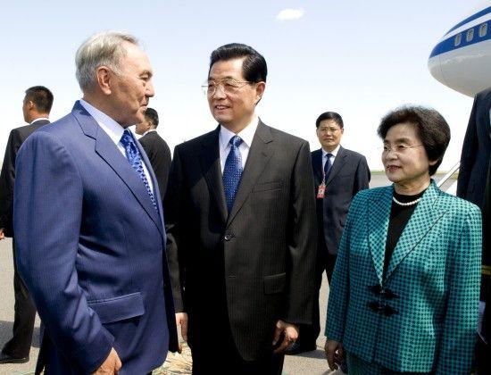 胡锦涛主席和夫人刘永清在机场同前来迎接的哈萨克斯坦总统纳扎尔巴耶夫亲切交谈。 新华社记者 李学仁 摄