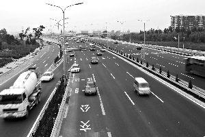 昨日18时许,榴乡路公交道上,仍有社会车辆行驶。本报记者 吴江 摄