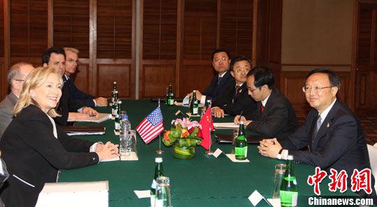 7月22日,中国外长杨洁篪在印尼巴厘岛会见美国国务卿希拉里・克林顿,双方就两国关心的问题进行友好的交谈。中新社发 顾时宏 摄