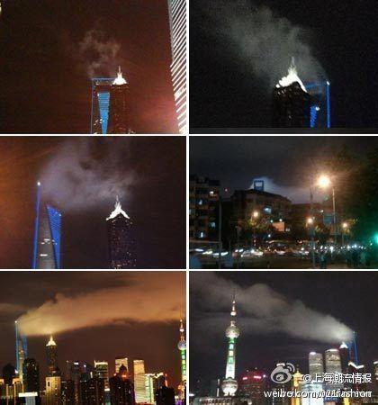 """图为网友上传的环球金融中心""""着火冒烟""""的图片。"""