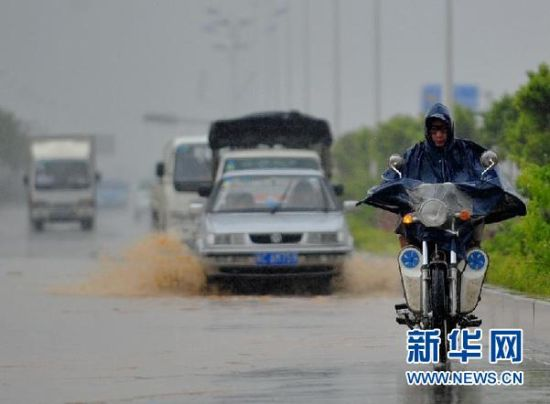 """8月30日,""""南玛都""""带来的大风暴雨造成福建泉州石井镇部分道路积水。 新华社记者 魏培全 摄"""