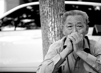 8月31日,李全朝的父亲提起儿子眼中含泪。《江淮晨报》供图