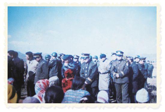 """1999年的""""抢粮""""风波后,村民们决定留在青龙山村。"""