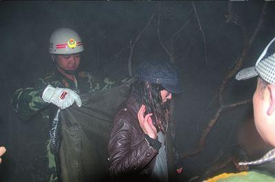 消防员为被困多时的女学生披上防雨外套。本版摄影本报通讯员高扬