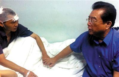资料图:李双江探望伤者