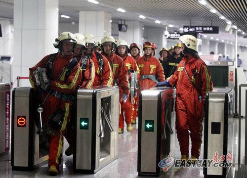 图片说明:2011年9月27日下午两点半左右,由于新天地站信号故障,上海地铁10号线采用人工调度,导致豫园路站两辆列车追尾碰擦