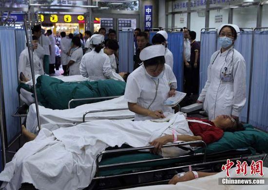 9月27日下午,上海地铁10号线发生列车追尾,造成多人受伤。图为伤员被迅速送入就近医院进行急救。汤彦俊 摄