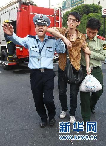 9月27日,一名伤者被搀扶着走出地铁站。 新华社记者 裴鑫 摄