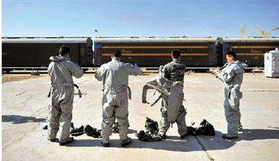特种燃料供应站的工作人员穿好防护服,准备转运火车送来的燃料。