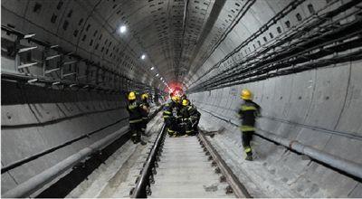 9月27日,救援人员在上海地铁10号线事故现场营救。新华社发