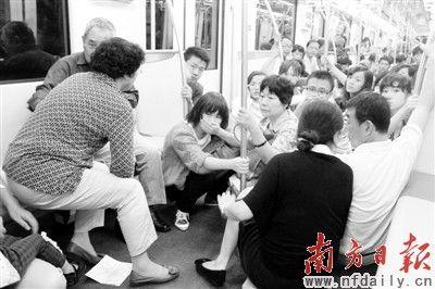 地铁列车追尾后,乘客惊慌失措地聚集在一起,在车厢内等待救援。 CFP供图