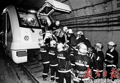 救援 在救援人员帮助下,乘客依次从车头脱困。