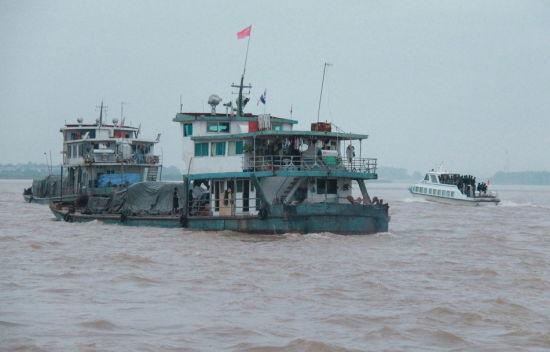 10月14日早晨,滞留在泰国北部清盛的中国船员和船只从清盛港启程回国。新华社记者 杨定都 摄