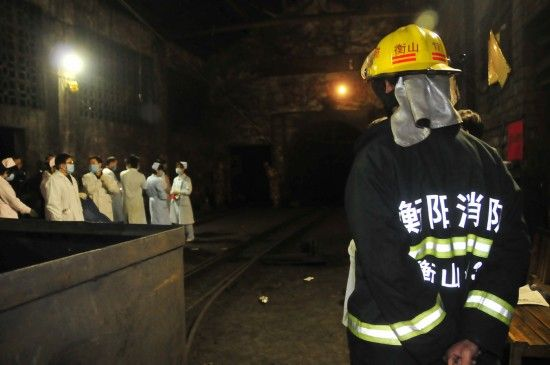 10月29日,救援人员从霞流冲煤矿矿井入口下井搜救被困人员。新华社记者 周勉摄