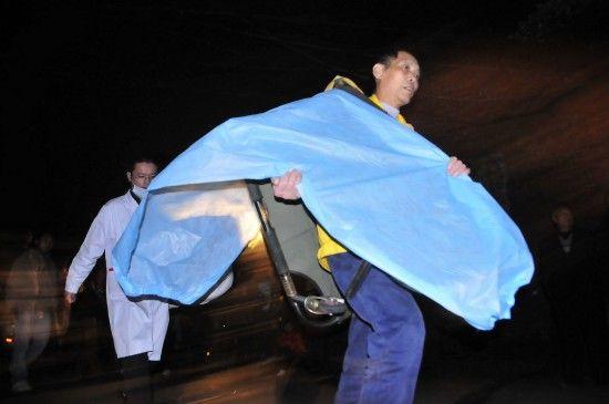 10月29日,霞流冲煤矿事故现场不断有救援人员赶到。新华社记者 周勉摄