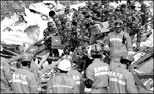 ▲消防官兵正在搜寻现场。 《贵阳晚报》供图