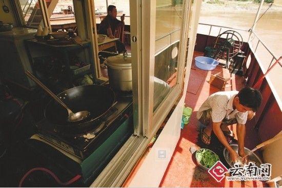 湄公河航道上的船员生活