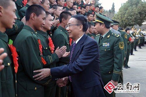 武警云南总队隆重欢送数千名退役老战士_新闻