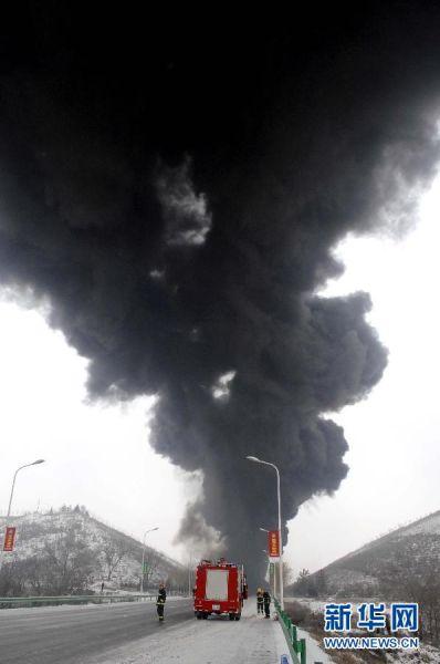 2011年11月29日 宁夏固原市一路段一装有化工原料的油罐车追尾发生爆炸。这是爆炸现场。新华社记者 彭昭之 摄