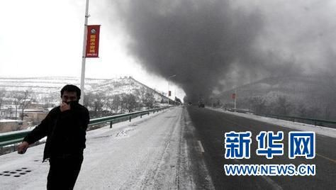 这是一名群众在撤离。新华社记者 彭昭之 摄