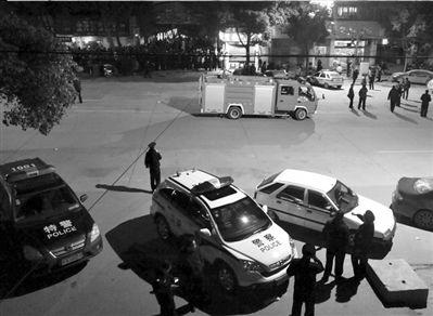 警察在现场维持秩序。图/东方IC