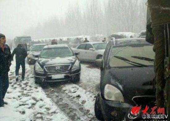 因事故路段青岛方向交通阻断,近百辆车排起了长队。