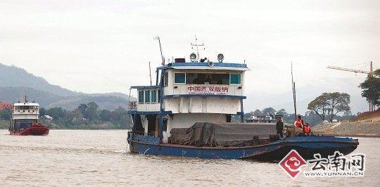 中国船队驶过金三角。 [记者 戴振华 摄]