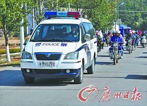 广东警方为骑摩托车回江西的外来工开道。