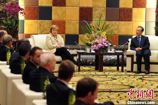 2月3日下午,中国国务院总理温家宝与德国总理默克尔在广州共同会见了中德企业家代表并同他们座谈,听取意见和建议。 中新社记者 梁永强 摄