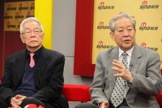 中国前APEC高官王�飞�(左)和前外交部美国处处长丁原洪(右)正在访谈